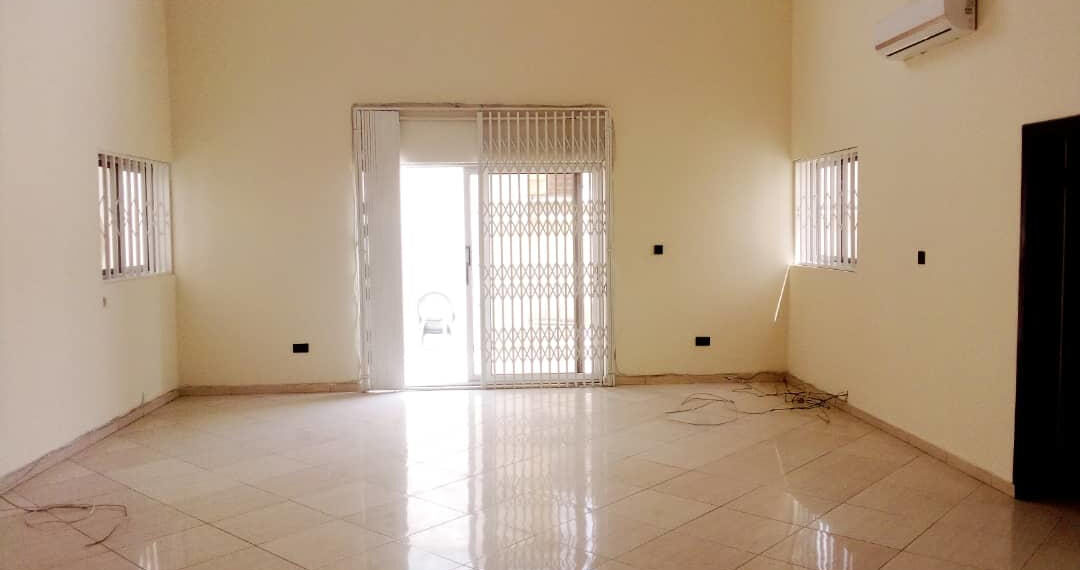 For rent in Accra 4 bedroom house with swimming pool and 2 BQ at North Ridge near GIJ 12