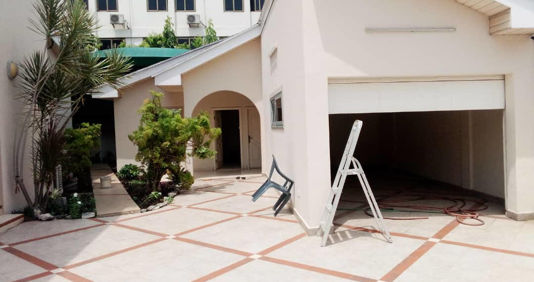 For rent in Accra 4 bedroom house with swimming pool and 2 BQ at North Ridge near GIJ 3