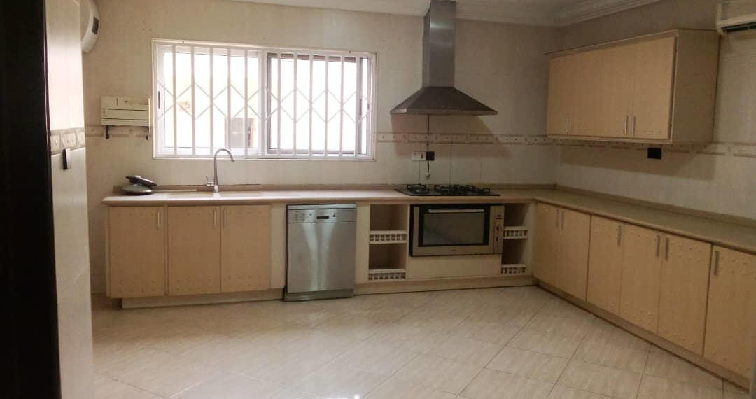 For rent in Accra 4 bedroom house with swimming pool and 2 BQ at North Ridge near GIJ 6