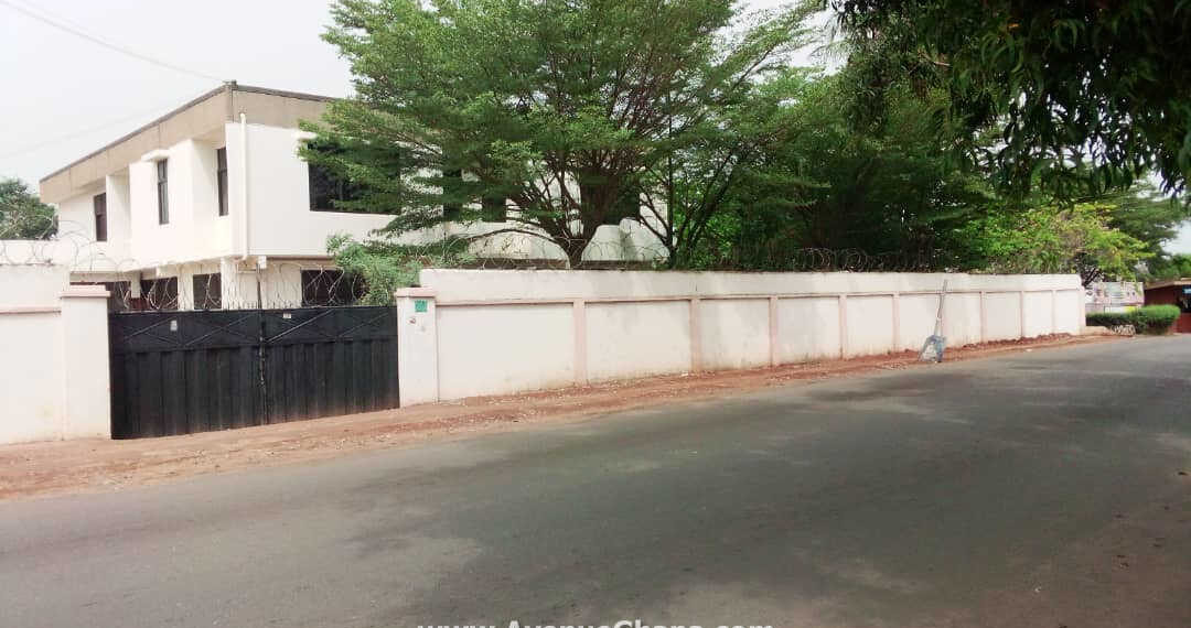 6 bedroom house with outhouse to let near New Achimota Police Station