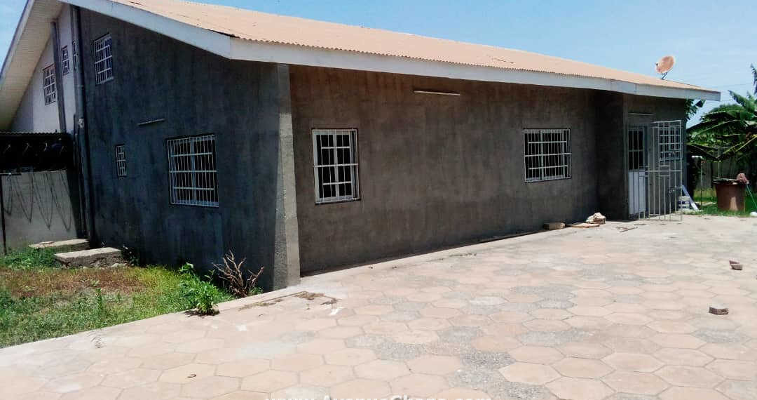 4 bedroom house with garden to let at Greda Estate near Lekma Hospital